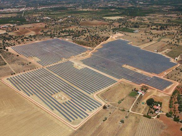 Solární elektrárna o výkonu 15,6 MW v Portugalsku, v oblasti Avalades/Silves. Vybudovala ji spol. Martifer Solar. Pokrývá 41,2 ha. Zdroj: Martifer Solar