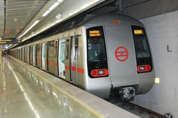 """""""Červená linka metra vDillí se má stát jako první energeticky efektivní, od jezdících schodů přes klimatizaci až po vlastní provoz souprav."""" Zdroj: Micky lakshya/wikipedia.en"""