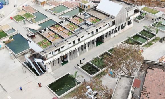 """""""Chung bezezbytku využil nabízený prostor, recykloval staré nádrže a sila a dokonce použil i betonovou drť ktvorbě filtrujících substrátů."""" Zdroj:  Urbanism\Architecture (UABB)"""