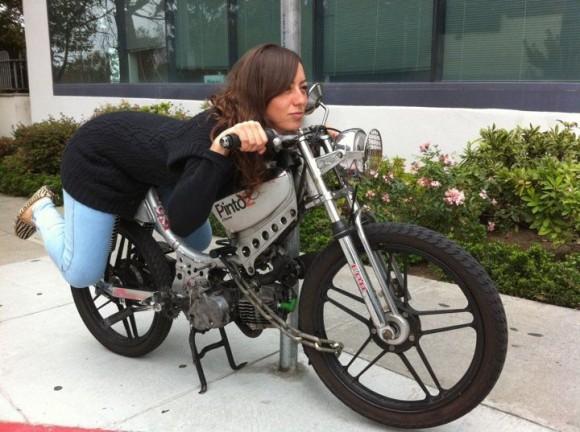 """""""Moped sice není chopper, nebo Harley Davidson, a není svým výkonem ani zdaleka srovnatelný sautem. Přesto znečišťuje ovzduší."""" Zdroj:  mopedarmy.army"""