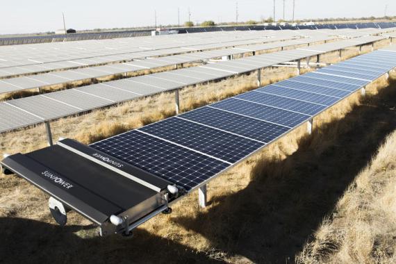"""""""Automatická čistička solárních panelů bude garantovat neklesající výkon farmy.""""Zdroj: SunPower"""