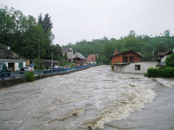 Povodeň v Novém Kníně 2. června 2013 - Tyršova ulice, foto: Miloš Hlávka, licence Creative Commons
