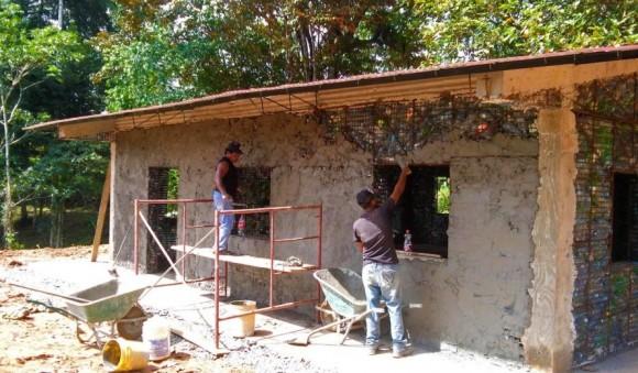 """""""Když nemáte střechu nad hlavou, vezmete za vděk i domem vyrobeným z plastů a betonu."""" Zdroj: Jeff Catalano"""