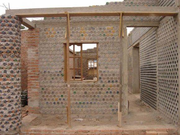 """""""PET láhve v kombinaci s cihlou při stavbě základní školy v Nigérii Zdroj: Archdaily.com"""