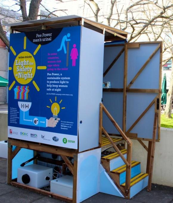 """""""Díky svítícím toaletám by mělo být v potemnělých koutech utečeneckých táborů bezpečněji. Zdroj: UWE Bristol"""