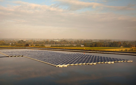 První britská plovoucí solární farma nedaleko Berkshire. Zdroj: UK Floating Solar