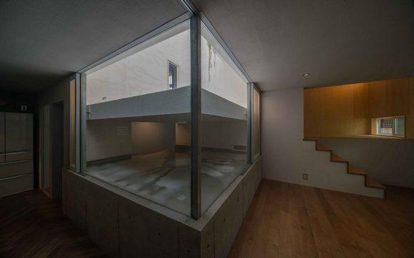 """""""Dešťová voda je zadržována v přístupné nádrži ve středu domu."""" Zdroj: Masaki Yoneda"""