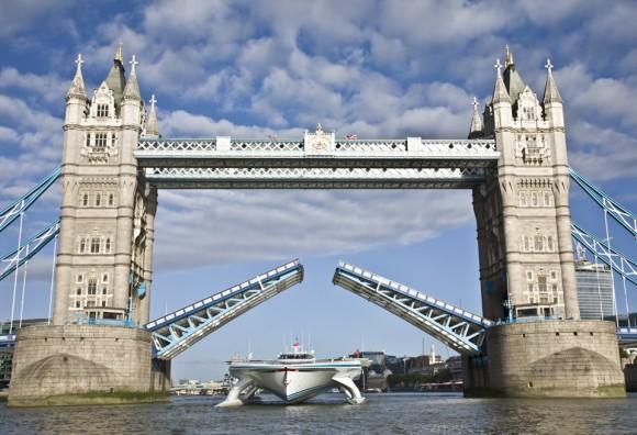 Solární loď PlanetSolar projíždí pod věhlasným londýnským mostem Tower-Bridge. foto: Ania Dabrowska