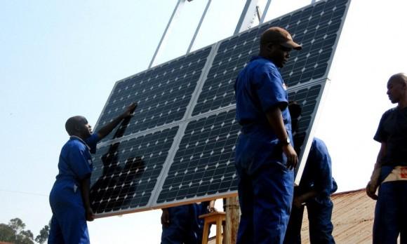 """""""Solární farmy jako symbol čisté budoucnosti, pro Rwandu, pro Afriku."""" Zdroj: Gigawatt Global"""