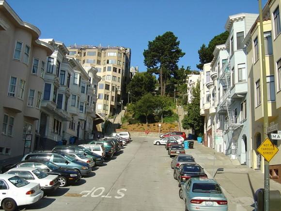Typická řadová zástavba v kopcovitém terénu San Franciska se brzy dočká solárních střech. Zdroj: Cookaa/wikipedia.org