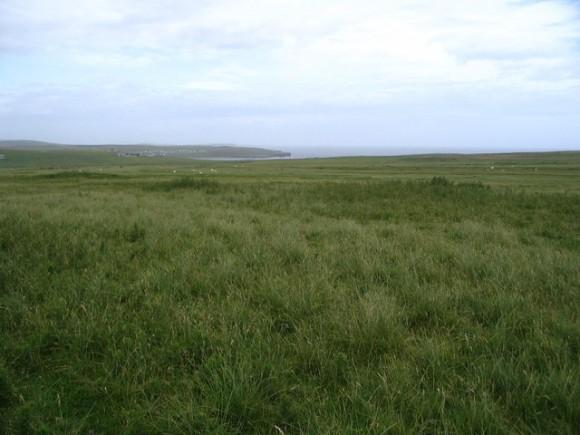 """""""Typický obrázek krajiny na Shetlandách. Místa jako stvořeného pro větrné a příbojové elektrárny Zdroj: wikipedia.org/ Ken Craig"""
