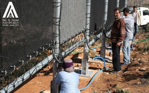 """""""Hustá síť napjatého Lapače mlhy z polymerů slouží ke kondenzaci vzdušné vlhkosti."""" Zdroj: Dar Si Hamad"""
