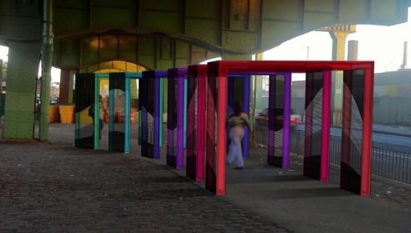 Světelné brány se chodcům patrně líbí víc, než podezřelé potemnělé kouty. Zdroj: artistbuildcollaborative.com