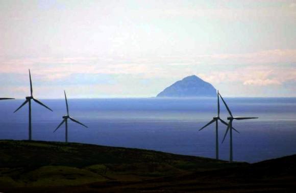 """""""Síla větru, vln a příboje tvoří skoro 80 % potenciálu OZE Skotska."""" Zdroj: John R."""