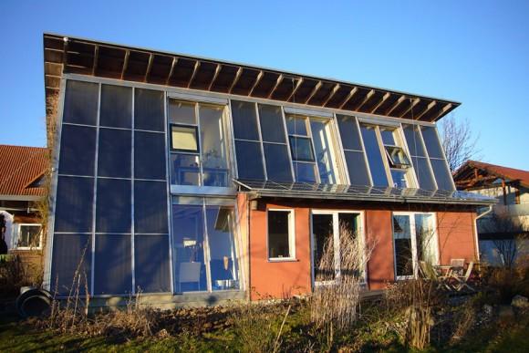 """""""Dům stoprocentně vyhřívaný Sluncem? Příliš nákladné a neefektivní.""""Zdroj: Fraunhofer ISE"""