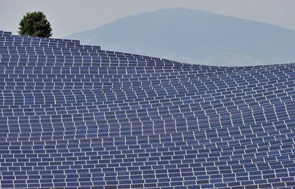 """""""Cestas s výkonem 300 MW překoná dosavadní zařízení v Toul- Rosières třikrát, a stane se pravděpodobně největší solární farmouv Evropě."""" Zdroj: Physorg.com"""