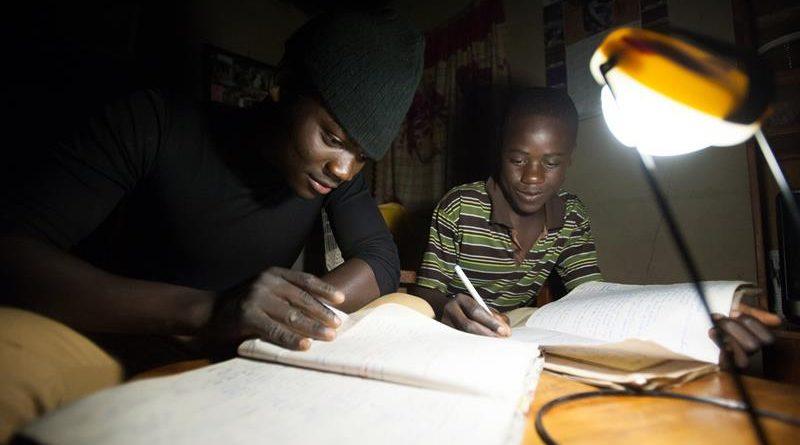 """""""Učit se večer při světle z čisté energie, bez hučení generátoru produkujícím toxické zplodiny."""" Zdroj: Solar Aid"""