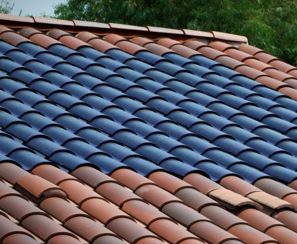 """""""Solární tašky a šindele nemají chybu. Jen si za ně musíte připlatit."""" Zdroj: SolarTribune.com"""