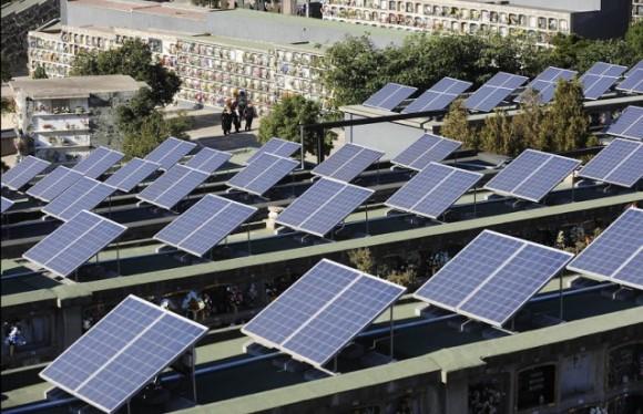 Hřbitov Santa Coloma de Gramenet na předměstí Barcelony je osazen 462 solárními panely. Zdroj: Manu Fernandez