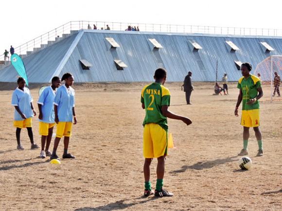 """Keňská fotbalová hvězda, Saumel Eto o projektu vLaikipa soudí: """"Fotbal je pro Keňu vášní a je dobře, když tahle vášeň pomáhá květší soběstačnosti.""""Zdroj: pitch-africa.org"""
