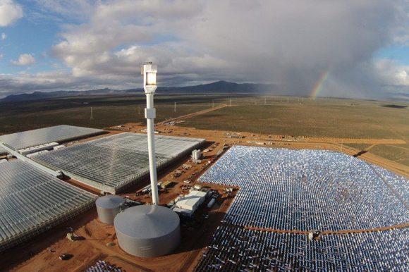 """""""Kombinace solárně-koncentrační technologie a chlazených skleníků, zavlažovaných odsolenou vodou. Inspirace pro celý svět?"""" Zdroj: Sundrop"""
