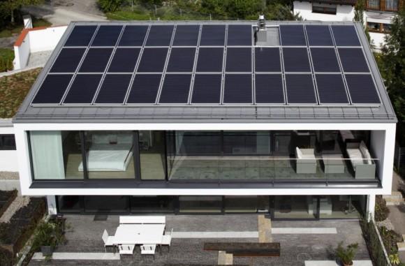 Střechu rodinného domu pokrývají solární fotovoltaické panely, které vyrábějí elektrickou energii, foto: Schuco