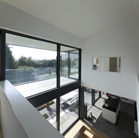 Interiér rodinného domu je vzdušný a prostorný, plný světla, foto: Schuco