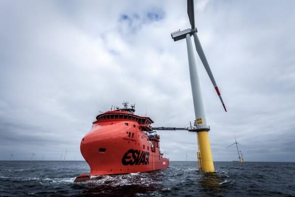 """Nejen lávka, ale i samotná loď je vybavena pohony, které ji dokážou udržet bezpečně """"zaparkovanou"""" na daném místě i za silného větru. foto: Siemens"""
