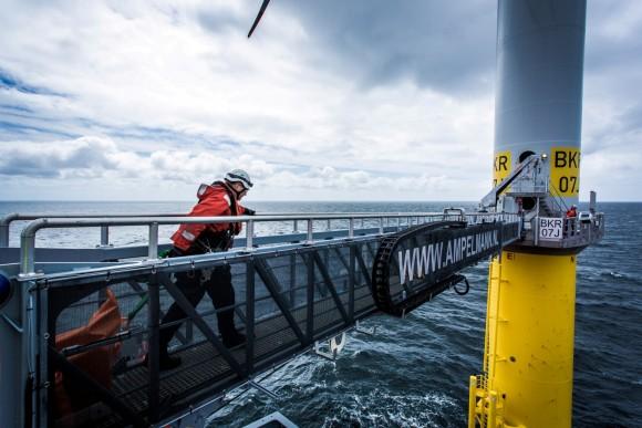 Pětadvacet metrů dlouhá lávka spojující loď s turbínou je vybavena hydraulickou stabilizací, jež dokáže vyrovnávat pohyb lodi i při 2,5 metrů vysokých vlnách audržet ji vkonstantní poloze vůči elektrárně. foto: Siemens