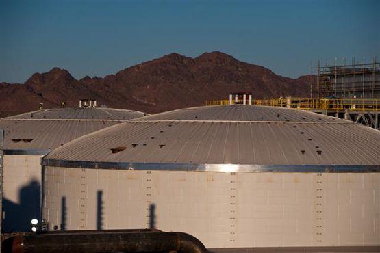 Solární elektrárna Solana je schopna generovat energii, i když slunce právě nesvítí. Teplo se ukládá do solí ukrytých v těchto obrovských nádržích. foto: Abengoa Solar