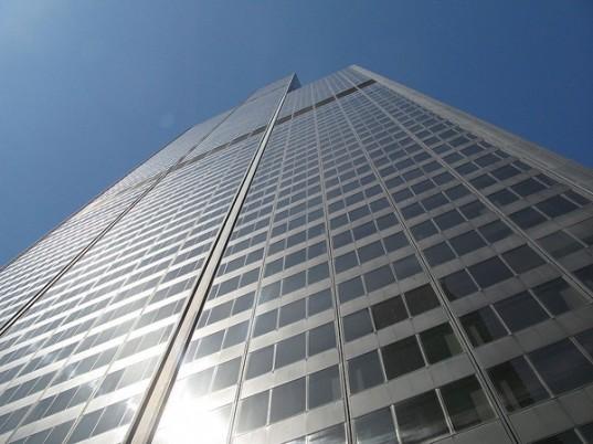 Okna mrakodrapů jsou ideální místo pro instalaci průhledné solární fólie
