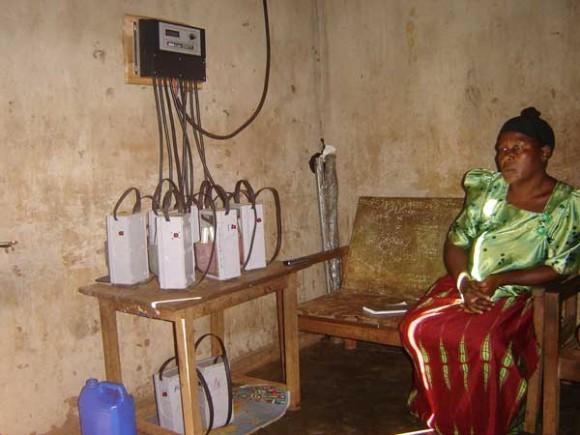 Izolované venkovské oblasti Ugandy skutečně alternativní zdroje enegie přivítají. Zdroj: sunlabob.com