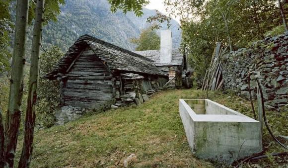 Zdání klame. Tahle starobylá horská chaloupka totiž uvnitř ukrývá super-luxusní bydlení! foto: © Ruedi Walti | Images courtesy of Buchner Bründler Architekten