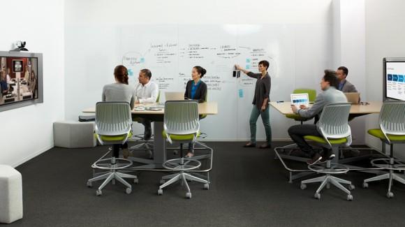 Společnost SteelCase, přední výrobce kancelářského vybavení, už dnes nabízí i speciální kancelářské stoly vhodné pro stání. foto: SteelCase