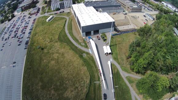 """""""List rotoru dlouhý 56 metrů se do testovací haly málem nevešel."""" Zdroj: UMaine ASCC"""
