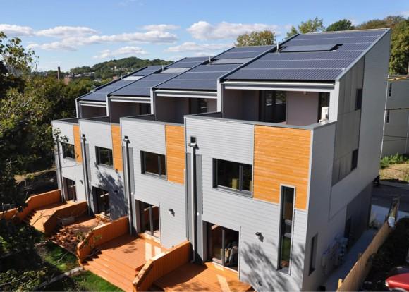 """""""Energeticky pozitivní domy v bostonském Roxbury ukazují cestu dalším projektům udržitelného bydlení."""" Zdroj: Urbanica.com"""