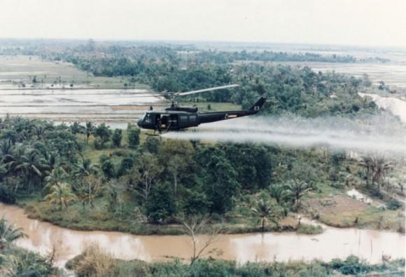 Americká helikoptéra Huey rozprašující herbicid Agent Orange na vietnamskou džungli. foto: U.S. Army, licence public domain