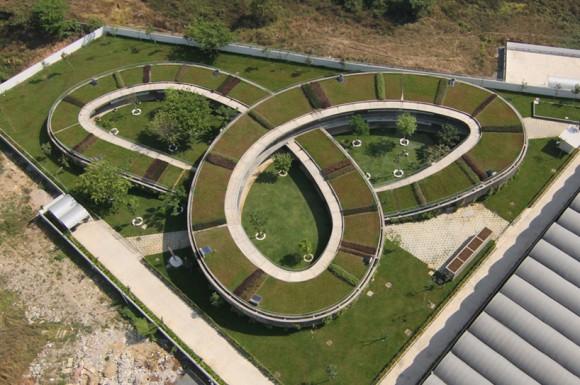 """""""Stavba skrývá v areálu nejrůznější zákoutí, besídky, zastřešená hřiště a odpočívadla určená pro venkovní formy výuky."""" foto: Vo Trong Nghia Architects"""
