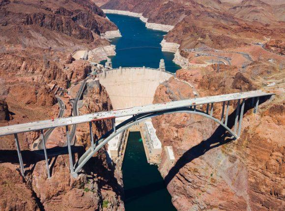 """""""Fenomenální vodní nádrž Hoover Dam. Ještě donedávna byla považována za ukázkový čistý zdroj obnovitelné energie."""" Zdroj: Andrew Zarivny"""