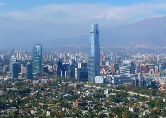 Hlavní město Santiago de Chile v roce 2013. Jihoamerické Chile už dnes patří mezi nejvyspělejší země kontinentu. Důraz na obnovitelné zdroje by měl tento status potvrdit. foto: Gonzalo Baeza H, Creative Commons Attribution 2.0 Generic