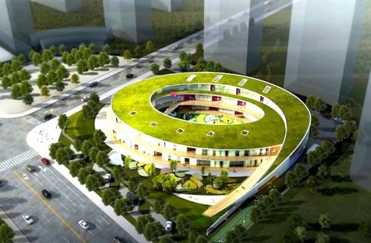 """""""Při návrhu projektu školky Xieli museli architekti pracovat somezeným prostorem. Zvítězila idea izolovaného zeleného ostrova."""" Zdroj: UDG"""