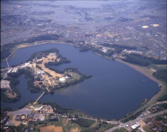 """""""Letecký pohled na vodní nádrž Yamakura. Už brzy zde hladinu překryje 180 000 metrů čtverečních plovoucí elektrárny."""" Zdroj: Kyocera"""