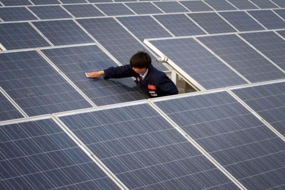"""""""Usazený prach a písek může snížit výkon solárních elektráren až o třetinu."""" Zdroj: Yinglisolar.com"""