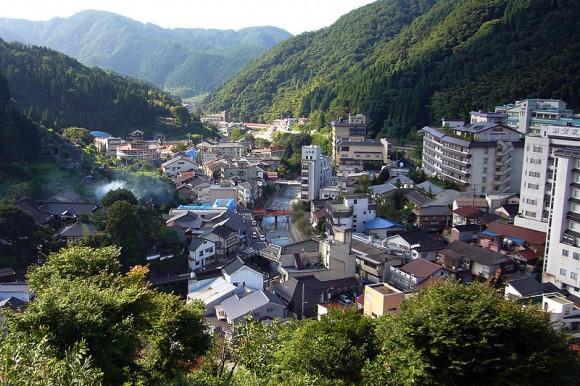 Odlehlejší sídla izolovaná mezi horskými úbočími, mají zdroj čisté a přírodní energie na dosah. Zdroj: Yumara Onsen, Wikimedia