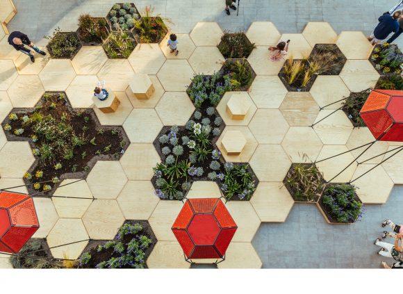 """""""Proti pravidelné fádní geometrii vydlážděného náměstí postavili OLF Architecture geometrii včelího úlu."""" Zdroj: OLF Architecture"""