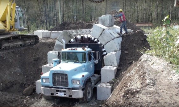 """""""Stavba klenby tunelu ještě nikdy nebyla snadnější.""""  Zdroj: Lock-Block Ltd."""