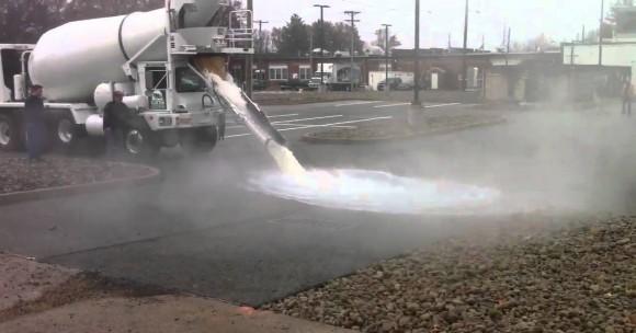 """""""Žíznivý beton během testu na parkovišti nákupního centra. 4000 litrů vody mu nečinilo problémy."""" Zdroj: Tarmac"""