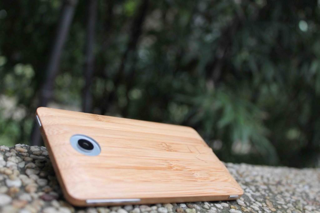 Bambusový telefon ADzero je prozatím především nadšeneckou záležitostí dvou mladých podnikatelů. Zda se podaří jej dotáhnout až k masové výrobě, to je zatím nejisté. foto: AD