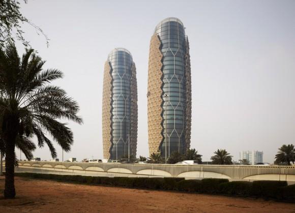 """Slunečníky jsou inspirovány tradičním libanonským vzorem """"Mashrabiya"""", zastiňující vzdušnou mozaikou zdobené mříže. Zdroj: designboom.com"""