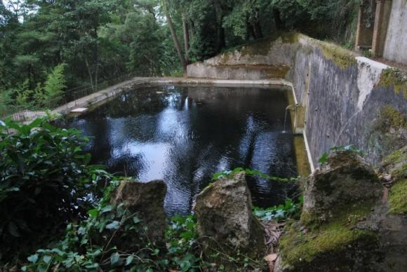 Staré domky z dvanáctého století uprostřed zelené zahrady nabízejí ubytování přírody-milovným turistům. Zdroj: Almáa Sintra Hostel